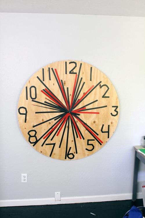Этим фанерным часам нужно больше стрелок!